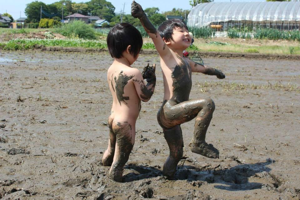 泥んこ田植えする子供